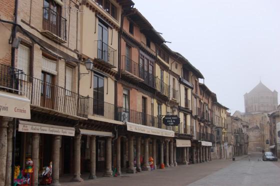Una calle de Toro, con la Colegiata al fondo