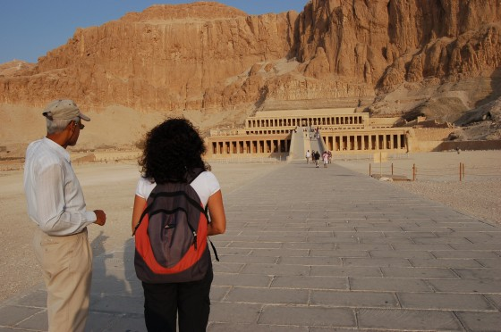 Mohamed el gu&iacute;a  y Penlope, ante el maravilloso templo de Hatshepsut.