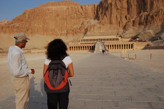 Mohamed el guía  y Penélope, ante el maravilloso templo de Hatshepsut.
