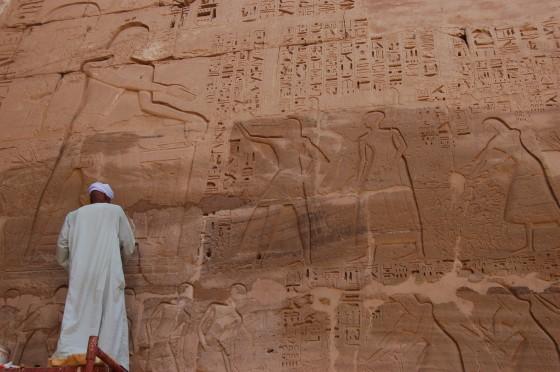 Un obrero restaura un relieve en un muro de Medinat Habu