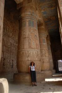 Apoyada en una inmensa columna de Medinat Habu