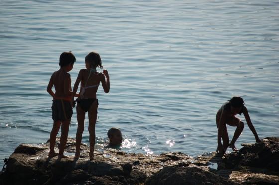 En la misma playa, grupo de niños al atardecer