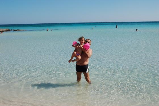 M y un amigo de su viaje, en la inmensidad azul de la playa de Elafonisi, Creta