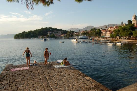 Baño, piscina de waterpolo, barcos... en unos pocos metros