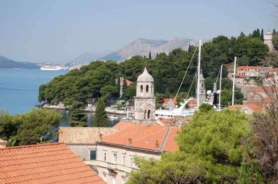 Tejados de Cavtat. Al fondo, un crucero fondeado frente a Dubrovnik, difuminado.