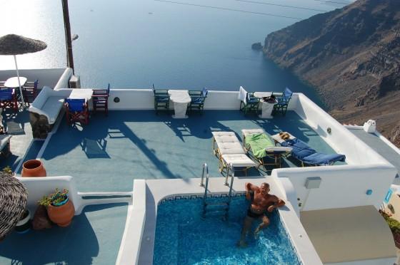 La piscina y la terraza al atardecer de los apartamentos Vallas, en Santorini