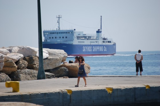 ¡Ahí viene el ferry a Skópelos, corre!