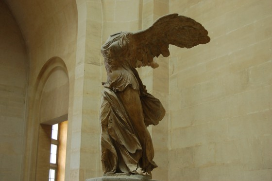 La Victoria Alada de Samotracia, simblica escultura griega, en el Louvre