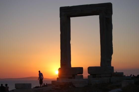 Puesta de sol tras la Portara de Naxos