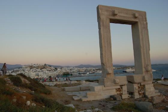 La Portara, y detrás, Naxos capital o Hora
