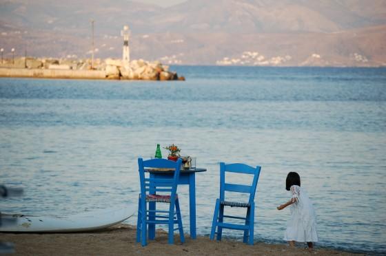 A punto de caer la noche en la playa de Piso Livadi, en Paros