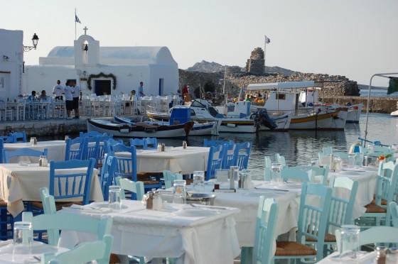 Terrazas de restaurantes y tabernas en el puerto de Naussa, listos para servir