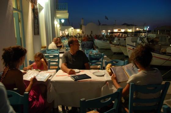 La cena, anoche mismo, en el puerto de Naussa, casi encima de los barcos de pesca