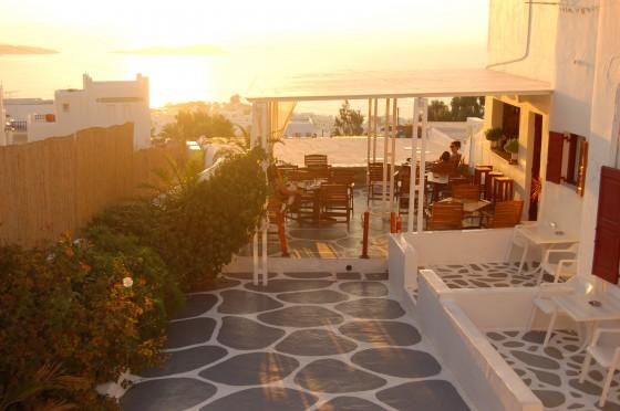 Atardecer en la terraza del adorable Hotel Damianos, en Mikonos