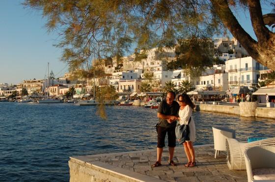 En el paseo marítimo de Naxos, al atardecer, Penélope y nuestro amigo Mi