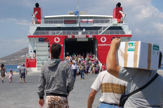 Gentío entra y sale del 'Highspeed' en el puerto de Naxos, camino de Paros