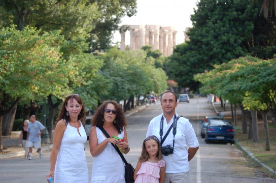 Felices en los Jardines Nacionales, ante el imponente templo de Zeus