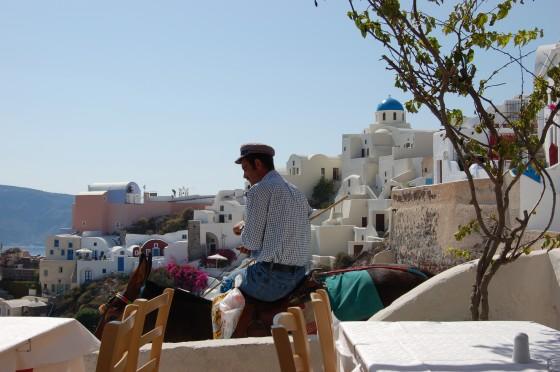 Un hombre conduce una reata de mulos, en Oia