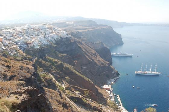 Vista general de Fira, sobre el acantilado