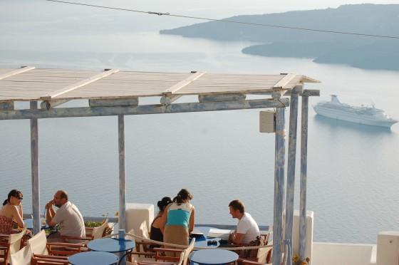 A cualquier hora del día, tomar algo en un bar o restaurante mirando a la caldera