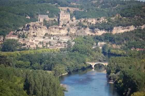 El castillo de Beynat, ante y sobre el río Dordoña