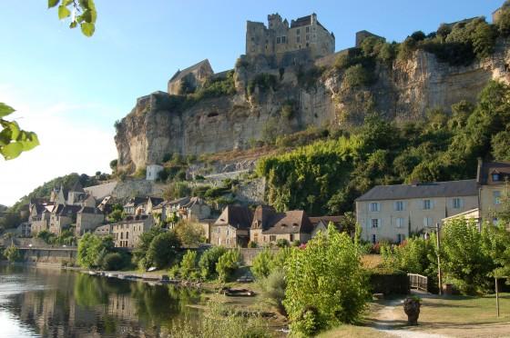 El castillo de Beynat y su caserío sobre el Dordoña