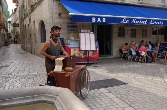 Cantando a Brassens en una plaza de Perigueux