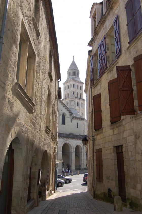 La torre de la Catedral, vista desde una calle medieval