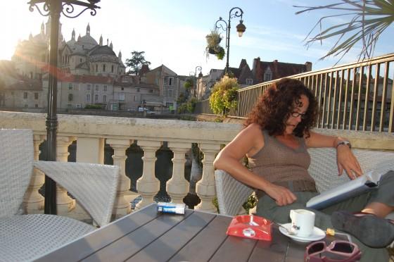 El tiempo entre lecturas, en el bar del Hotel des Barris de Perigueux. Al fondo la Catedral