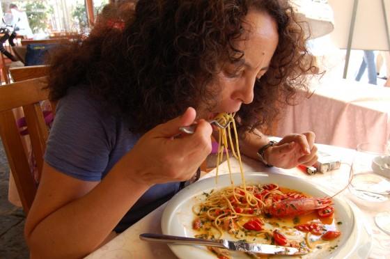 Unos deliciosos spaghetti con gamberoni en el puerto de Ischia