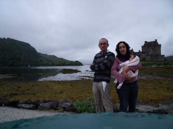Los mismos protagonistas, ante el castillo de Eilean Donan