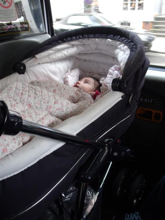 El cochecito cabe perfectamente en los taxis británicos