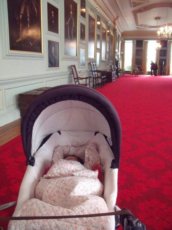 El bebé, en su carrito, en el castillo de Holyrood, residencia de la Reina en Escocia