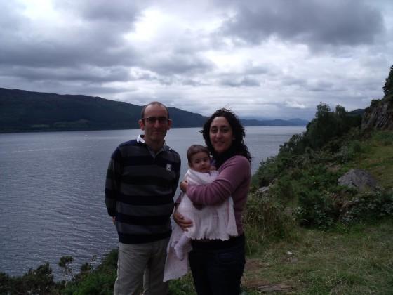 Los padres y la niña, ante el Lago Ness