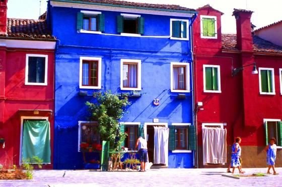 Casas y personas en la islita de Burano