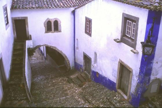 Los típicos zocos azules y el empedrado de las calles.