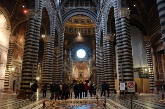 Mármoles de todos los colores en el suntuoso interior de la catedral de Siena