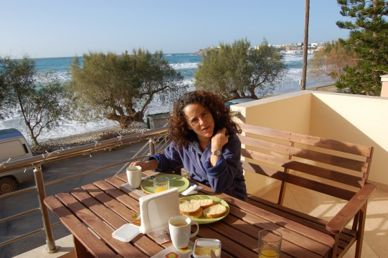 El desayuno en una soleada mañana de invierno en los apartamentos Olympia de Makrygialos