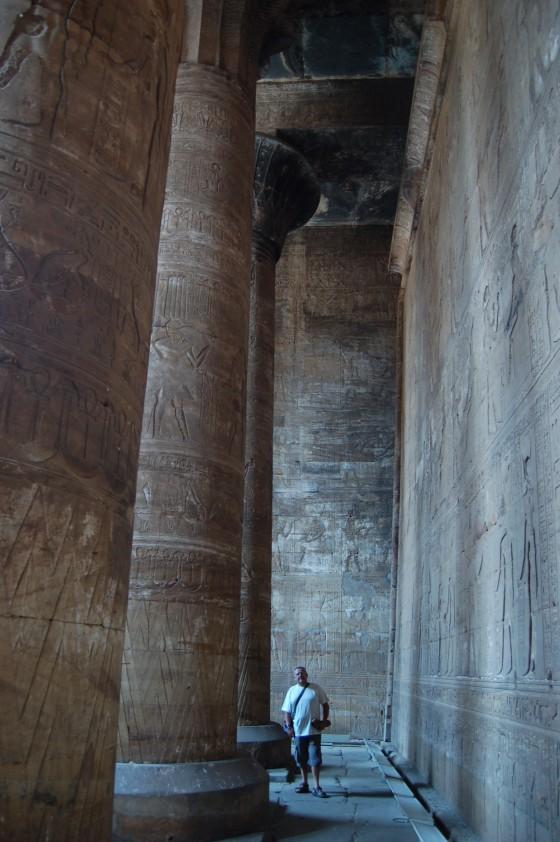 Egipto te empequeñece. El maravillosamente conservado templo de Edfou