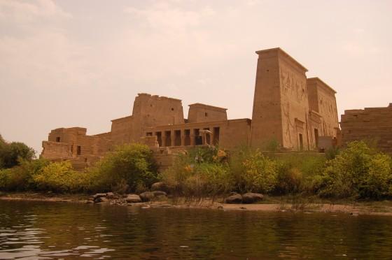 El bello templo de Philae, entre las aguas de Assuan.