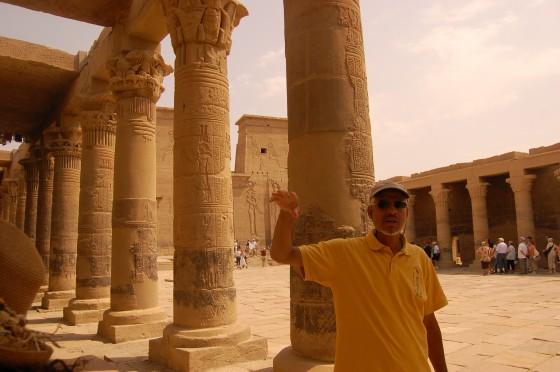 Mohamed, nuestro guía en el crucero por el Nilo, en el templo de Philae.