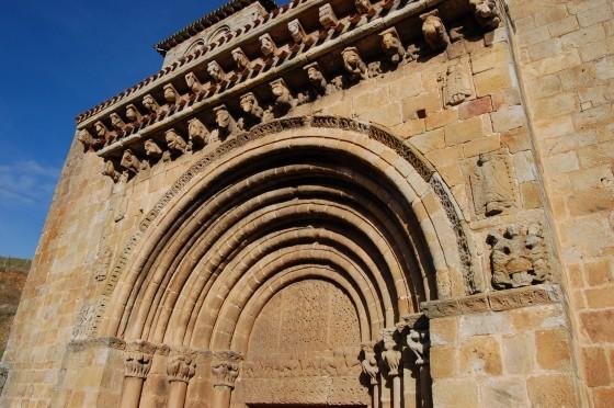 Un arco, y otro, y otro... y esculturas en la fachada