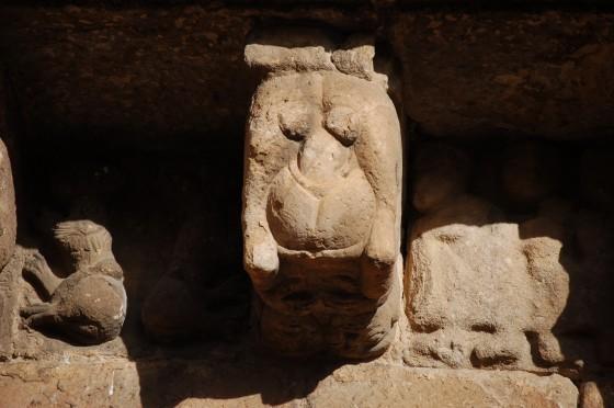 Escultura en la fachada principal. La postura es lo que parece