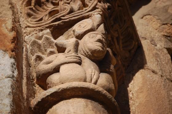 Detalle explícito del capitel de una ventana de San Pedro