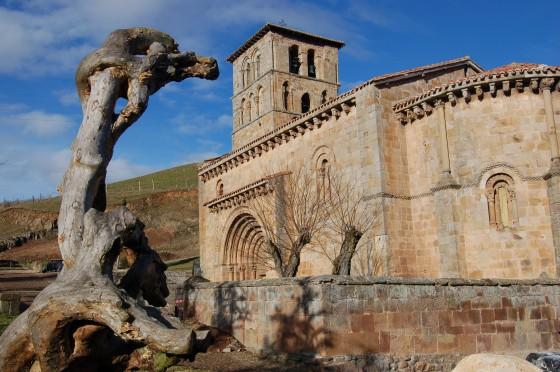 La colegiata románica de San Pedro, bienvenida a Cantabria
