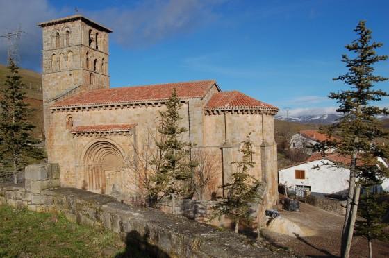 La colegiata, en el frío paisaje de Cervatos, nada más entrar en Cantabria.