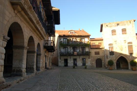 La plaza Mayor de Santillana, al atardecer del primer día.