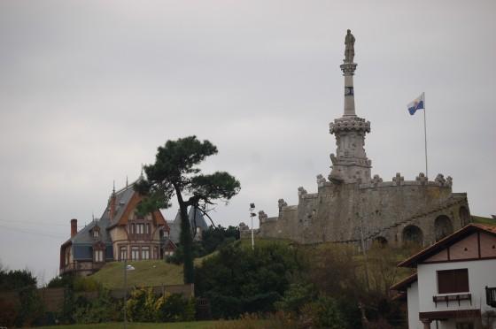 El monumento al marqués de Comillas, en lo alto de esta población.