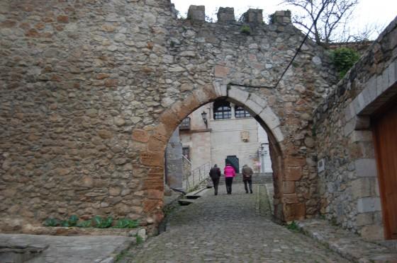 Subiendo a misa a través de las murallas de la Puebla Vieja.