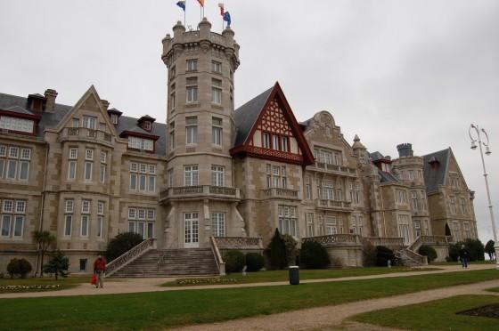 El fastuoso palacio de la Magdalena reina sobre la penísula y sobre la Bahía.